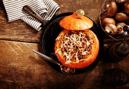 calabaza: Sabroso relleno de otoño calabaza con champiñones frescos listos para servir para una cena de temporada, vista de arriba en la mesa de madera rústica con copyspace