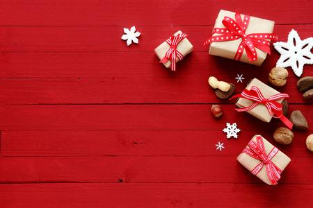 copyspace에 장식 크리스마스 선물의 휴가 테두리, 눈송이 장신구와 모듬 된 신선한 전체 견과류와 축제 빨간색 크리스마스 카드 배경