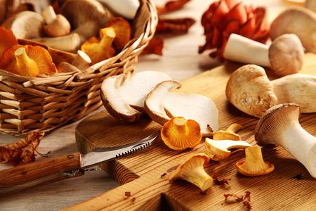 hongo: Preparación de ostras o Pleurotus setas frescas surtidas en la cocina que rebana en una tabla de cortar para la sana cocina vegetariana otoño