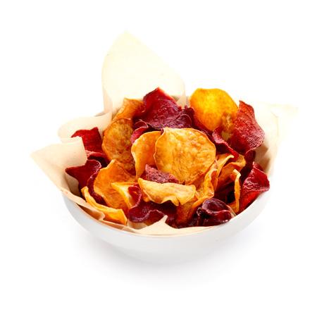 betabel: Tazón de chips de remolacha orgánicos saludables servido con crujientes papas fritas de oro para un sabroso aperitivo finger food vegetariano o aperitivo, aislado en blanco Foto de archivo