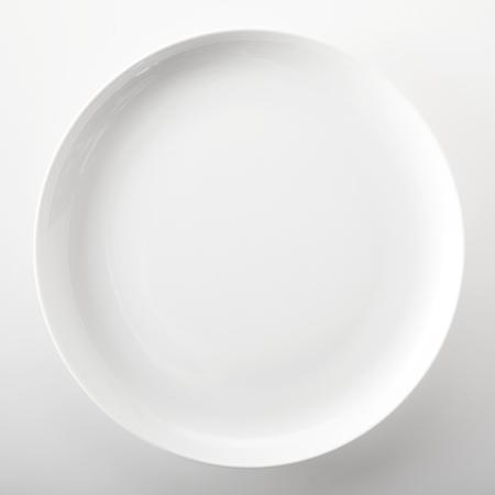 vysoký úhel pohledu: Prázdný prostý bílá kulatá generický talíř s místem pro uložení potravin nebo recept pohledu zblízka hlavou nad bílým pozadím ve čtvercového formátu