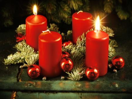advent wreath: Corona de Adviento de Navidad con dos velas encendidas para el cuarto domingo de Adviento concepto tradicional de Navidad r�stico