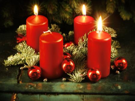 Рождество Рождественский венок с тремя зажженными свечами за 4 приходом воскресенье деревенский Рождество традиционная концепция Фото со стока