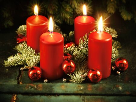 advent wreath: Corona de Adviento de Navidad con cuatro velas encendidas para el cuarto domingo de Adviento concepto tradicional de Navidad r�stico