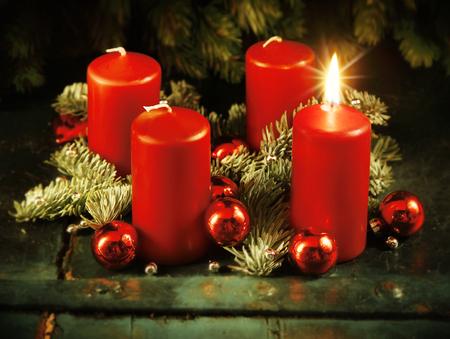 advent wreath: Corona de Adviento de Navidad con una vela encendida para el cuarto domingo de Adviento concepto tradicional de Navidad r�stico