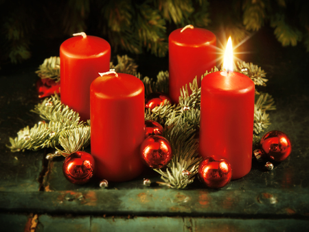 Xmas Рождественский венок с одной зажгли свечи для 4-го появления воскресенье деревенский рождества традиционная концепция