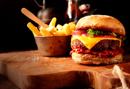 HAMBURGUESA: Moderna comida rápida de hamburguesa casera con patatas fritas o patatas fritas de menú del restaurante y tarjetas