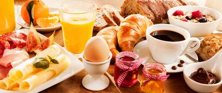 breakfast: fiesta de desayuno con huevo, carne, pan, café y zumo Foto de archivo