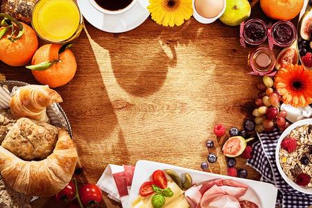 Verschiedene Zutaten für das Frühstück als Grenze auf dem Tisch Lizenzfreie Bilder