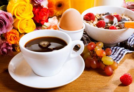 51721244-tasse-de-caf%C3%A9-frais-du-matin-noir-servi-avec-un-petit-d%C3%A9jeuner-sain-de-fruits-frais-muesli-et-un-uf-dur-.jpg