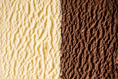 맛있는 이탈리아 초콜렛과 바닐라 버번 아이스크림의 전체 프레임 배경 질감 반 표면 및 절반보기에서