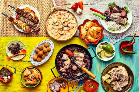 De haut en bas vue de divers faits maison recettes brésiliens cuits et affichés sur les textures et les nappes colorées Banque d'images