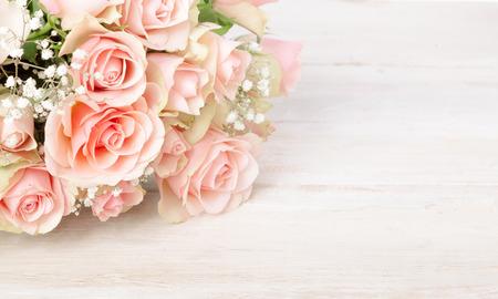 당신의 발렌타인 데이, 어머니의 날, 기념일 또는 생일 소원 복사 공간 질감 흰색 나무 배경에 신선한 핑크 장미의 섬세한 꽃다발
