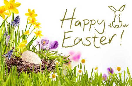 Glücklicher Text Ostern umgeben von grünen Gras, Blumen und Ei in Nest