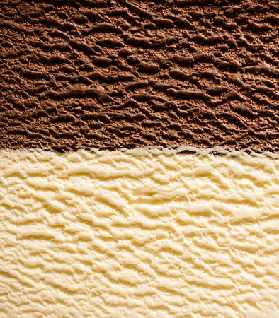 バーボン バニラとチョコレート アイス クリームの半分と半分のフレームの背景テクスチャを完全分割きれいで、上から見ると中心