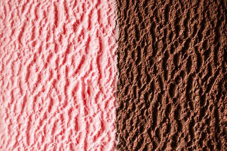 すぐ横を高級苺とチョコレートのファッジ風味アイスクリームおいしいテクスチャ 写真素材