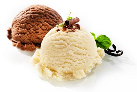 ペパーミントで飾られたおいしいチョコレートとバニラ風味のアイスクリームの 2 つの丸い単一のサービング