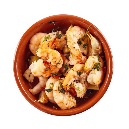 tapas españolas: Colas de langostinos picantes con guarnición de hierbas sirve en un plato de tapas tradicionales, vista aérea en blanco en el formato cuadrado Foto de archivo