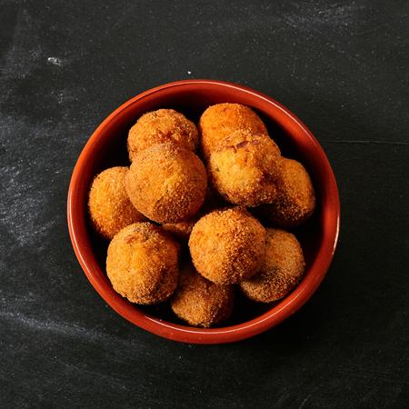 tapas españolas: Fried croquetas de bacalao empanado españoles hechos con Bacalao y sirvió como tapas o aperitivos tradicionales, vista aérea