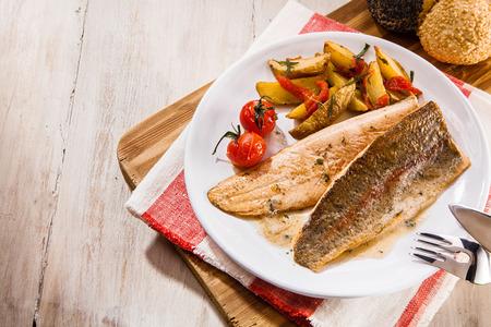 trucha: ángulo de visión de la cabeza o en lo alto de filete de pescado trucha. De arriba hacia abajo vista de deliciosa comida de pescado a la parrilla en el fondo rústico, con copia espacio.
