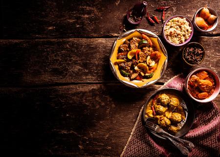 High Angle weergave van de traditionele Tajine gerechten en verse ingrediënten Geserveerd op rustieke houten tafel met een doek servet en ruime kopieer ruimte Stockfoto