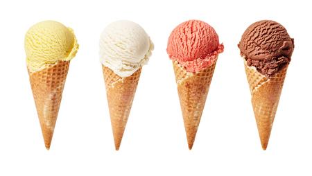 Verschiedene Eis Kugeln auf weißem Hintergrund mit verschiedenen Kugeln Vanille, Schokolade, Erdbeere und Caramel-Eis in Waffeln.