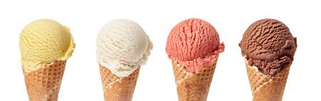 夏の概念などの建材としてチョコレート、バニラ、マンゴー、イチゴの ice.cream ボールや白い背景のスクープとバナーをアイス クリーム コーンを盛