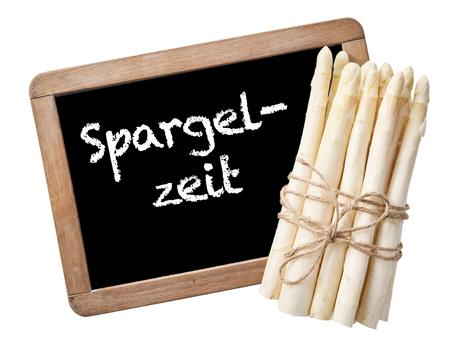 frhling: Spargelzeit Verkaufsschild mit Bund Spargel auf Schiefer Schultafel mit Satz Spargelzeit in Deutsch