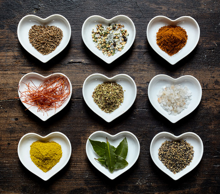 holz: Verschiedene Kochgew�rze aus der heimischen K�che von oben fotografiert zum W�rzen von Essen insbesondere Fleisch und Grillfleisch, aber auch vegane K�che