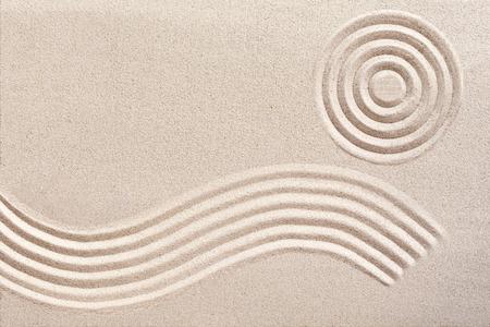 motif de vague écoulement Vallonné et des cercles concentriques ratissées dans le sable dans un jardin traditionnel japonais zen pour le bien-être et de tranquillité avec copie espace