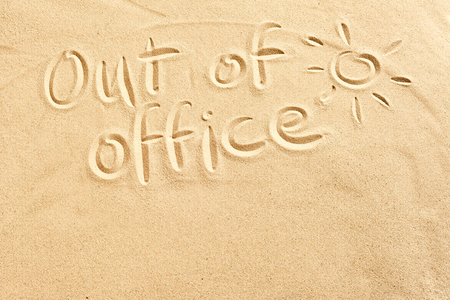 Fuera de la oficina signo escribió en la arena de playa con un sol brillante y copia el espacio conceptual de vacaciones de primavera y verano en localidades tropicales Foto de archivo