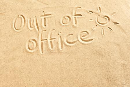 Fuera de la oficina signo escribió en la arena de playa con un sol brillante y copia el espacio conceptual de vacaciones de primavera y verano en localidades tropicales