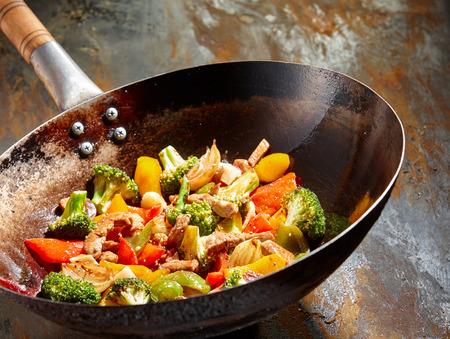 브로콜리와 기름에 요리 다채로운 고추 맛있는 야채 요리는 소박한 배경 아시아 냄비 조리법 스테인드