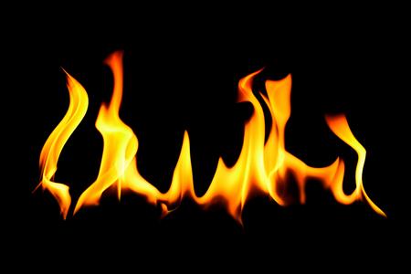 캠프 화재 또는 레코딩에 대 한 개념에 대 한 검정 배경 위에 현실적인 뜨거운 오렌지 색된 불길