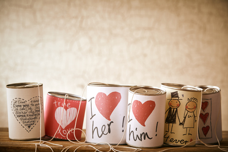 Amour et mariage symboles sur enfilées boîtes métalliques pour le concept sur l'envoi de jeunes mariés