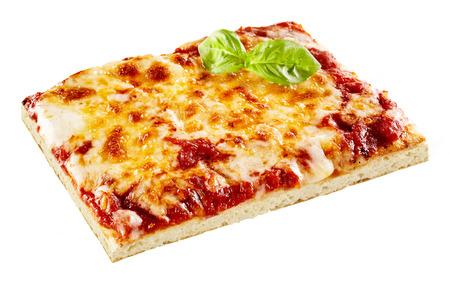 Tranche de pizza Margherita savoureuse avec une épaisse couche de fromage mozzarella fondu sur tomate garnie de basilic frais, sur blanc Banque d'images - 62635580