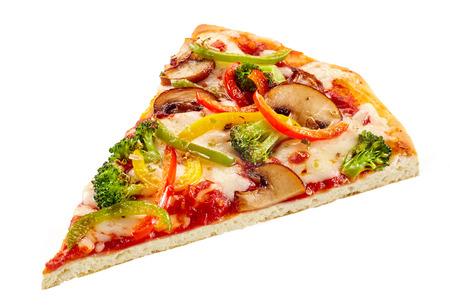 브로콜리, 버섯, 피망 및 토마토 녹은 모 짜 렐 라 치즈에 얇은 선명한 자료에 맛있는 신선한 야채 피자 화이트 절연 스톡 콘텐츠