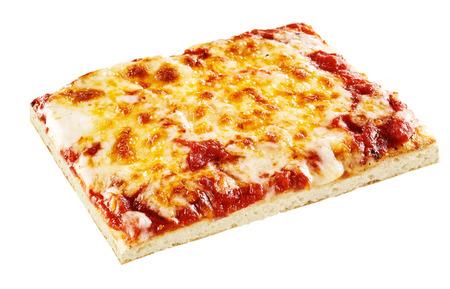 Vierkante plakje vegetarische mozzarella en cheddar kaas pizza met tomatensaus over witte achtergrond Stockfoto