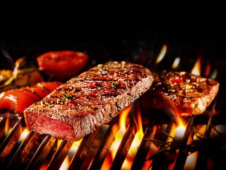 중간 희귀 한 쇠고기 슬라이스와 불에 구워진 야채 조각에 닫습니다