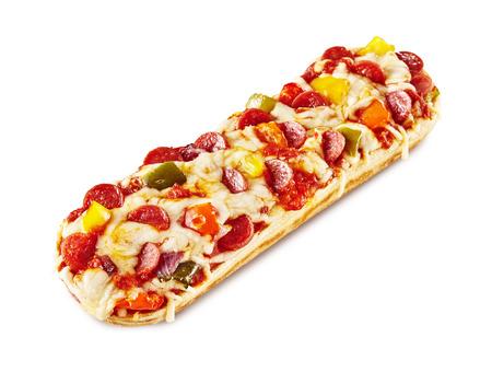 ペパロニ スライスと白い背景の上のピザの長いボートの白いチーズにジャレープノ ピーマン