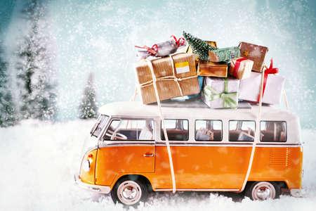 Weihnachten Bus mit Geschenken, für eine Grußkarte vielleicht. Viele Geschenke oder Geschenke auf einem Auto fahren zu Weihnachtsparty Standard-Bild