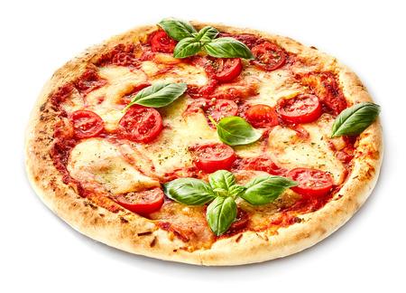 Margherita Italiaanse pizza met gesmolten mozzarella en tomaat gegarneerd met verse basilicum op een dikke korst