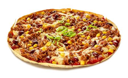 Tex-Mex 토틸라 피자와 강낭콩 및 옥수수가 녹은 모짜렐라와 토마토로 맛있는 싱싱한 스낵 또는 전채 요리 제공 스톡 콘텐츠