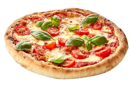 Margherita pizza op een dikke taartkorst gegarneerd met verse basilicum voor een smakelijke Italiaanse snack op wit wordt geïsoleerd