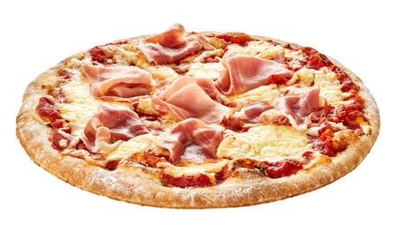 Tradicional pizza italiana con jamón jamón topping en una base de corteza de pastel de espesor aislado en blanco