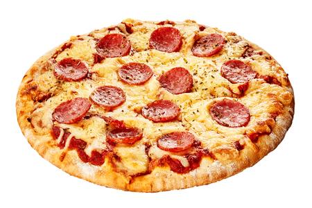 Pizza de pepperoni italiana con salchicha picante, mozzarella y tomate en una corteza de tarta espesa aislados en blanco visto entero Foto de archivo - 65413000