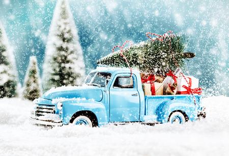 trineo: transportador de árbol de Navidad con regalos para todos los novios en la noche mas x Foto de archivo