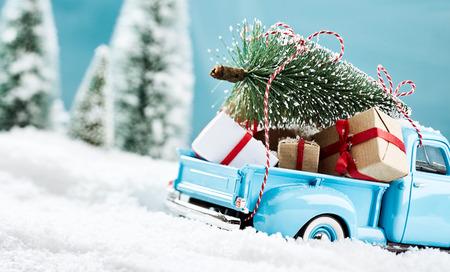 Blue x mas truck bringign presenteert om alle kinderen Stockfoto