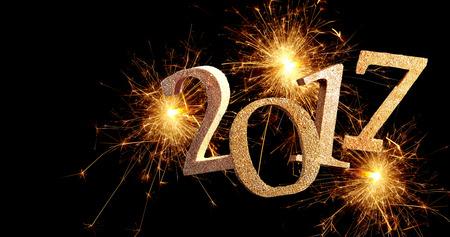 fuegos artificiales: fuegos artificiales espumosos 2017 fecha de Año Nuevo con la explosión de senderos de fuego sobre un fondo oscuro con copia espacio para el saludo de vacaciones