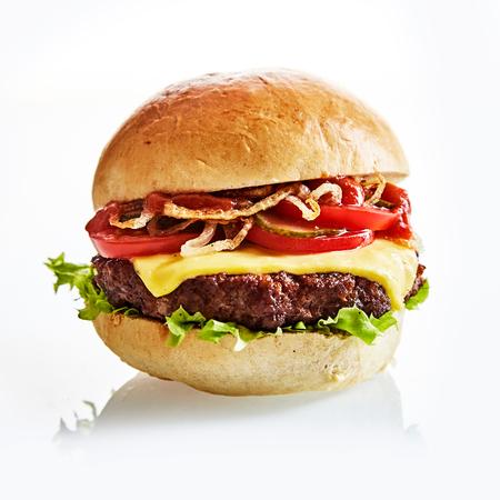 Close-up van dikke en sappige kaas hamburger op een vlakte broodje met lommerrijke groene sla Stockfoto